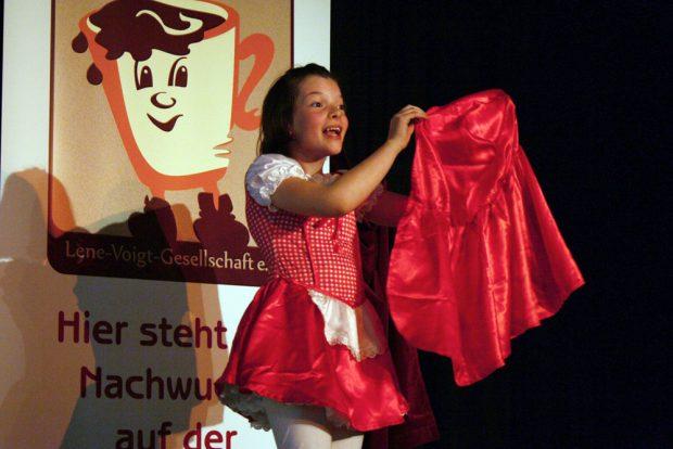 "Ronja Irmer als ""Rotgäbbchen"" in Aktion. Foto: Ralf Julke"