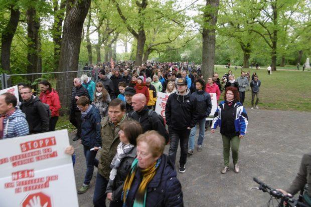 Der Protestspaziergang im Stünzer Park. Foto: Axel Kalteich