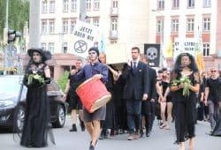 Knapp 2.000 Gothics während des Abschlusstages des WGT auf dem Trauermarsch gegen das Artensterben am 10. Juni 2019 in Leipzig. Foto: L-IZ.de