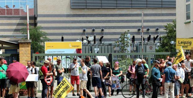 Ab 13:30 Uhr bis zum Sitzungsbeginn versammelten sich rund 40 bis 50 Demonstranten vor dem Gebäude der SWL an der Eutritzscher Straße und begrüßten einige Aufsichtsräte. Foto: L-IZ.de