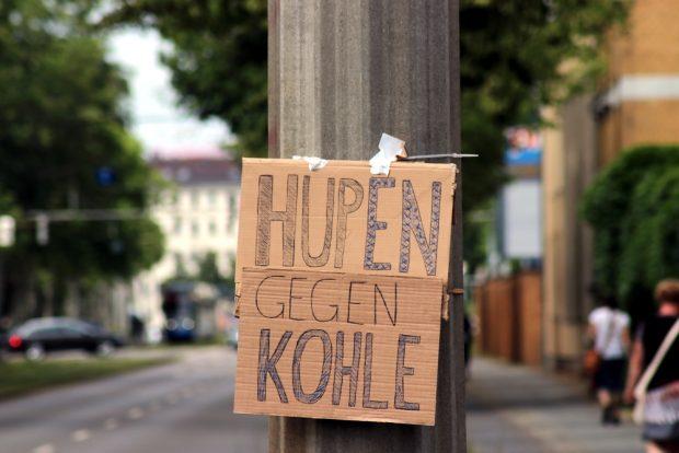 Im Vorbeifahren hupte so mancher aus Solidarität. Foto: L-IZ.de