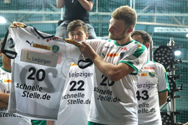 Philipp Weber präsentierte im Rahmen des Fanfestes nach dem Spiel die Trikots für die neue Saison. Foto: Jan Kaefer