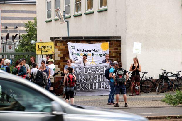 Die Leipziger Initiativen bleiben dran am Kohleausstieg: Ab 13:30 Uhr bis zum Sitzungsbeginn versammelten sich rund am 20. Juni2019 rund 50 Demonstranten vor dem Gebäude der SWL an der Eutritzscher Straße und begrüßten einige Aufsichtsräte. Foto: L-IZ.de