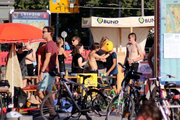 39 Grad Celsius am Sonntag brachten auch die Demonstranten ans Limit. Foto: L-IZ.de