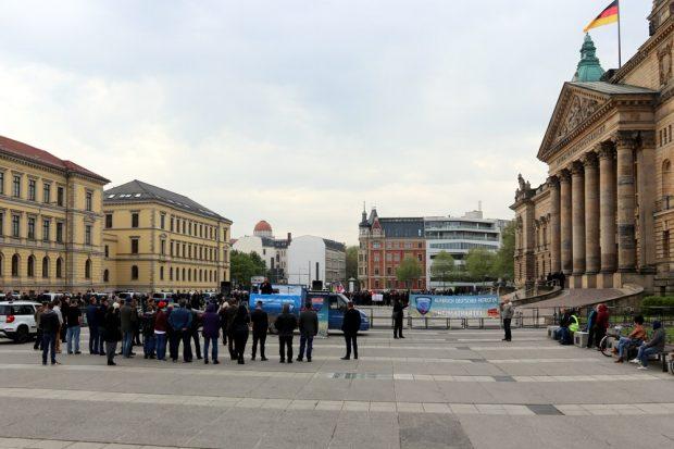 Maximal 40 Teilnehmer holten André Poggenburg und seine Mitstreiter am 1. Maifeiertag auf den Simsonplatz in Leipzig. Foto: L-IZ.de