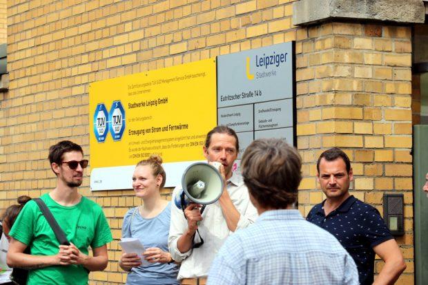 Martin Hilbrecht (BUND) und LVV-Presesprecher Frank Viereckl vor dem Eingangstor. Foto: L-IZ.de
