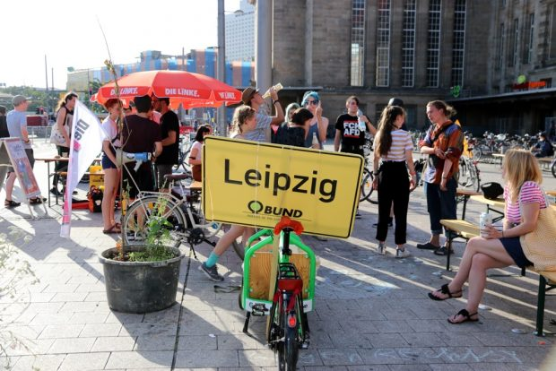 Auf dem Bahnhofsvorplatz fanden sich viele Interessen zusammen. Foto: L-IZ.de