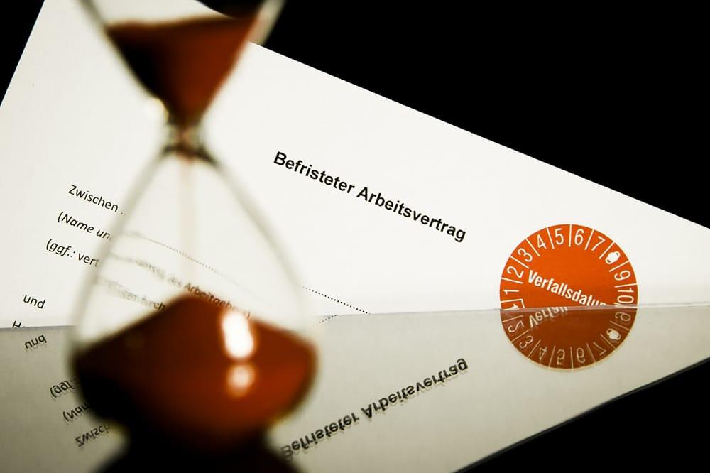 Die Uhr läuft: Befristete Jobs sind gerade unter Berufsstartern verbreitet. Foto: IG BAU