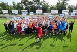 Fußball für den guten Zweck: 17 Firmen-Mannschaften aus ganz Mitteldeutschland traten gegeneinander an. Das Team relaxdays hatte beim Cup 2019 am Ende die Nase vorn und besiegte die nextbike GmbH mit 1:0. Foto: Rudolf Wernicke