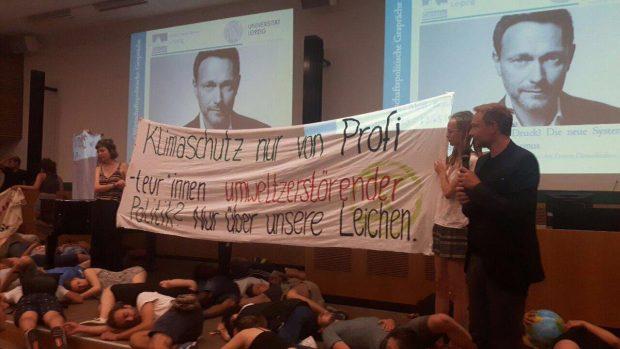 Christian Lindner (FDP) erlebt eine Protestaktion an der Uni Leipzig. Foto: Wiebke Mahrt