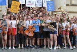 Das Jugendsinfonieorchester der Musikschule Johann Sebastian Bach stimmt sich auf das Notenspur-Fest der Hausmusik ein. Foto: Elke Leinhoß