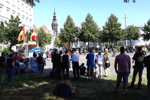 Das Volk von hinten und die Biker gegenüber. Foto: L-IZ.de