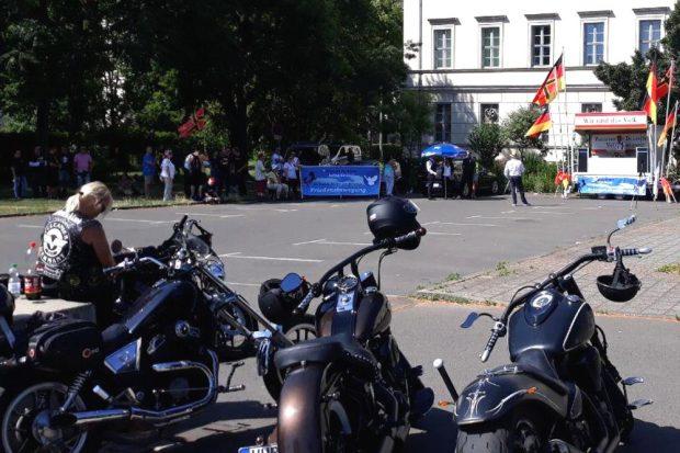 Das Volk am 29. Juni vor dem Naturkundemuseum. Foto: L-IZ.de