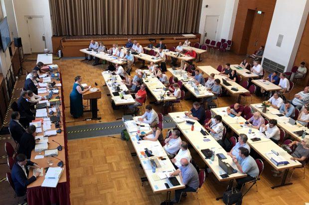 Der Stadtrat Leipzig, seit 26. Juni für ein Jahr im Interims-Saal. Foto: L-IZ.de