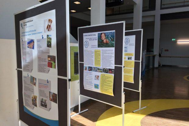 Eine Ausstellung im Atrium von Haus 6 des UKL weist auf mögliche Gefahren für Kinder im und am Wasser hin. Foto: Markus Bien / UKL