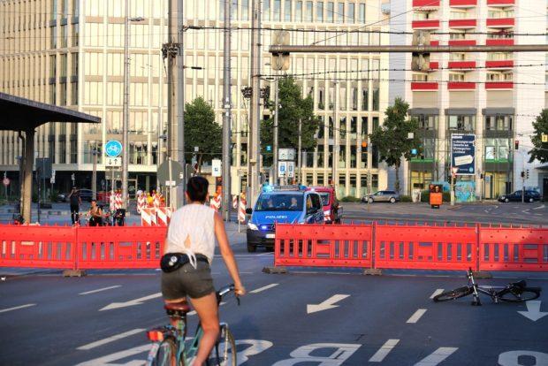 Eine Polizeibesatzung wollte auch unbedingt mal durchfahren ... Foto: L-IZ.de