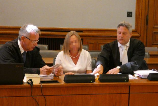 Elke M. vor Prozessbeginn mit ihren Verteidigern Michael Stephan (l.) und Curt-Matthias Engel. Foto: Lucas Böhme
