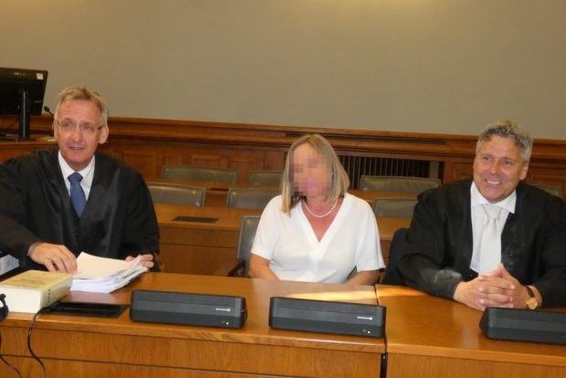 Elke M. wartet mit ihren Verteidigern Michael Stephan (l.) und Curt-Matthias Engel auf den Verhandlungsbeginn. Foto: Lucas Böhme
