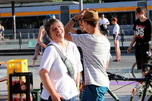 Grünen-Stadträtin Gesine Märtens sichtlich froh beim Anblick vor dem Bahnhof. Foto: L-IZ.de