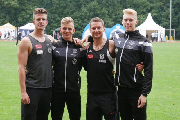 Hoffen auf Medaillen und gute Platzierungen bei der U23-DM: die SC DHfK-Sprinter Ole Werner (l.), Niels Torben Giese (2.v.l.) und Marvin Schulte (r.) – 2018 gewannen sie mit ihrem erfahrenen Teamkollegen Roy Schmidt (2.v.r.) Staffel-Silber bei den Deutschen Meisterschaften in Nürnberg. Quelle: SC DHfK Leipzig