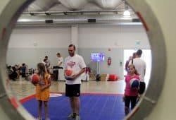Im vorigen Jahr fand die kinder+Sport Basketball Academy auf dem Flughafen Anklang. Foto: Birger Zentner