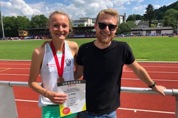 Julia Klein und Trainer Daniel Fleckenstein freuten sich gemeinsam über Platz 3 über die 1.500 Meter. Quelle: SC DHfK Leipzig