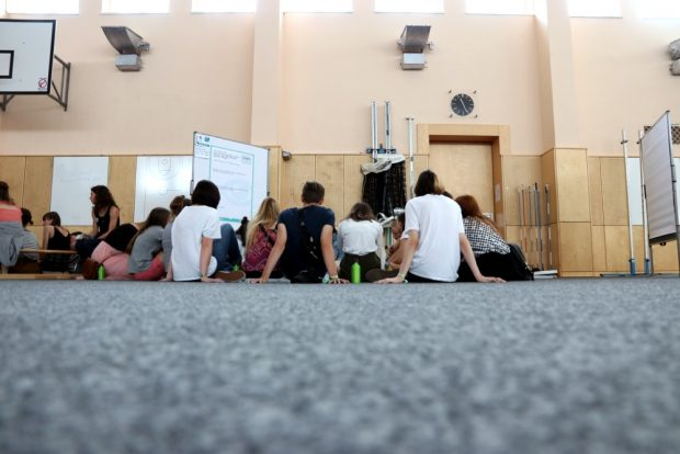 Junge Menschen die auf Tafeln starren. Foto: L-IZ.de