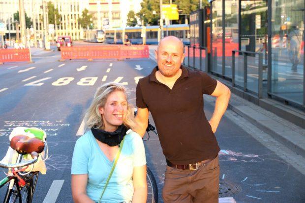 Stadträtinnen Katharina Krefft und Tobias Peter (beide Grüne) am Sonntag zu Besuch vor Ort. Foto: L-IZ.de
