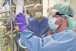Der entscheidende Augenblick: Der erste Kymriah-Patient am UKL erhält sein in einem Speziallabor behandeltes Zellmaterial per Infusion zurück. Ein bedeutender Moment auch für Prof. Uwe Platzbecker (im Hintergrund, Mitte). Foto: Stefan Straube / UKL
