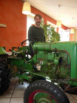 Malte Reupert mit seinem Traktor Marke Holder in der Connewitzer Biomare-Filiale in der Simildenstraße. Foto: Frank Willberg