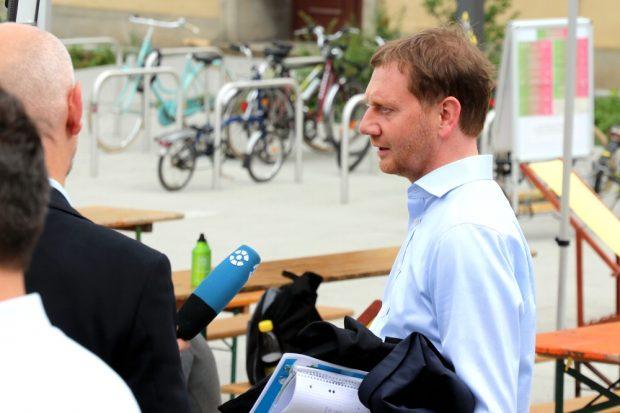 Nach einer durchaus heftigen Debatte und mit den Ergebnissen der Klimakonferenz unterm Arm. Ministerpräsident Michael Kretschmer (CDU) auf dem Weg zum BMW. Foto: L-IZ.de