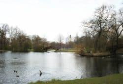 Neben dem Teich im Johannapark gibt es einen Tisch der Villa Leipzig. Foto: Ralf JulkeNeben dem Teich im Johannapark gibt es einen Tisch von Villa Leipzig. Foto: Ralf Julke