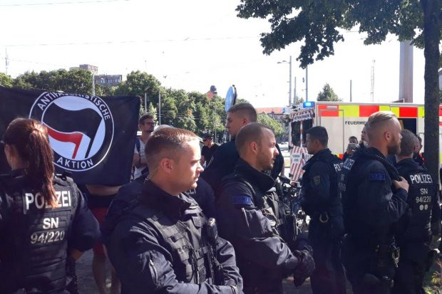 Nicht die Volkspolizei. Beim Gegenprotest. Foto: L-IZ.de