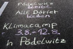 Nachrichten auf dem Asphalt: Pödelwitz - Demonstration und Klimacamp im August. Foto: L-IZ.de