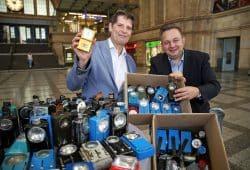 Philippe Morvan (Lichtkünstler, Lyon) und Thomas Oehme (Center Manager Promenaden Hauptbahnhof Leipzig) präsentieren die über 150 gesammelten Retro-Taschenlampen. Foto: Andreas Schmidt