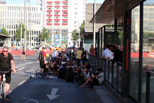 Rückzug in den Schatten bei den Demonstranten am Sonntag. Foto: L-IZ.de