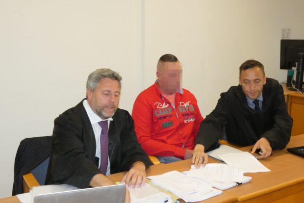 Wird er bald freigesprochen? Thomas K. (32, M.), flankiert von seinen Anwälten Curt-Matthias Engel und Mario Thomas. Foto: Lucas Böhme