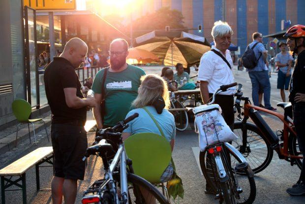 Tobias Peter (Grüne) und Roman Grabolle (Stadt für Alle), Katharina Krefft (sitzend, Grüne) und Radfan Andreas Bernatschek. Foto: L-IZ.de