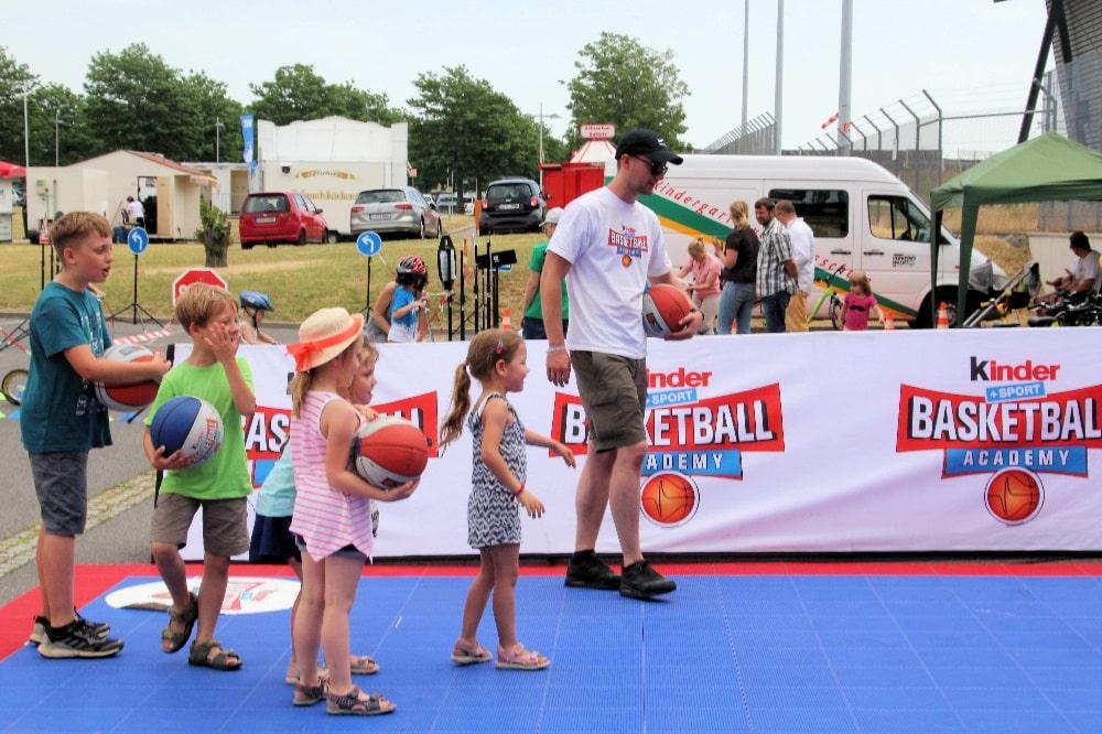 Viele Kinder nutzten beim Flughafenfest die Gelegenheit, sich beim Basketball auszuprobieren. Foto: Birger Zentner