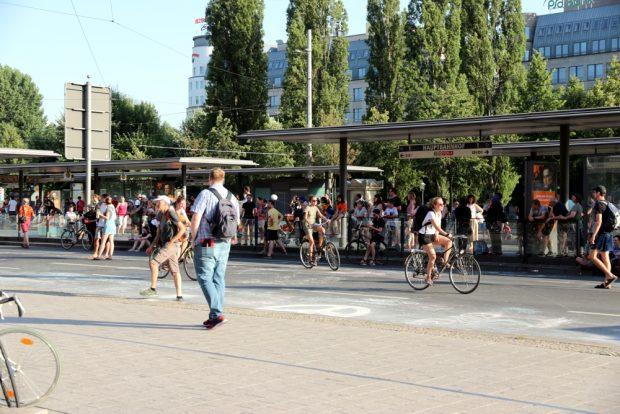 Ungewohnte Bilder auf dem Ring - Radlerinnen ... Foto: L-IZ.de