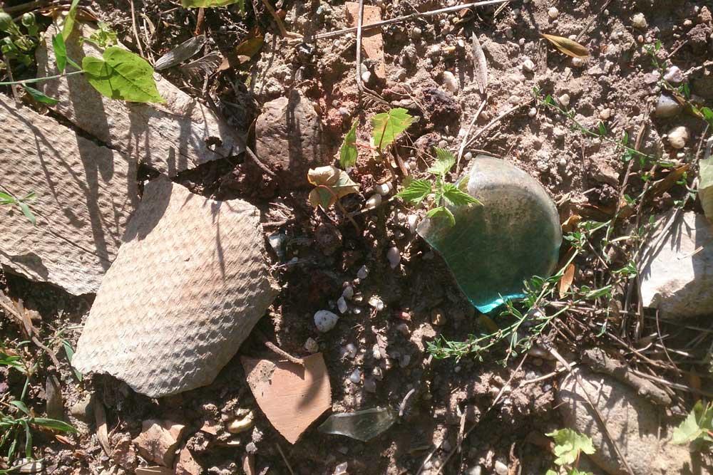 Asbestreste auf dem Gelände am Forstweg. Foto: privat