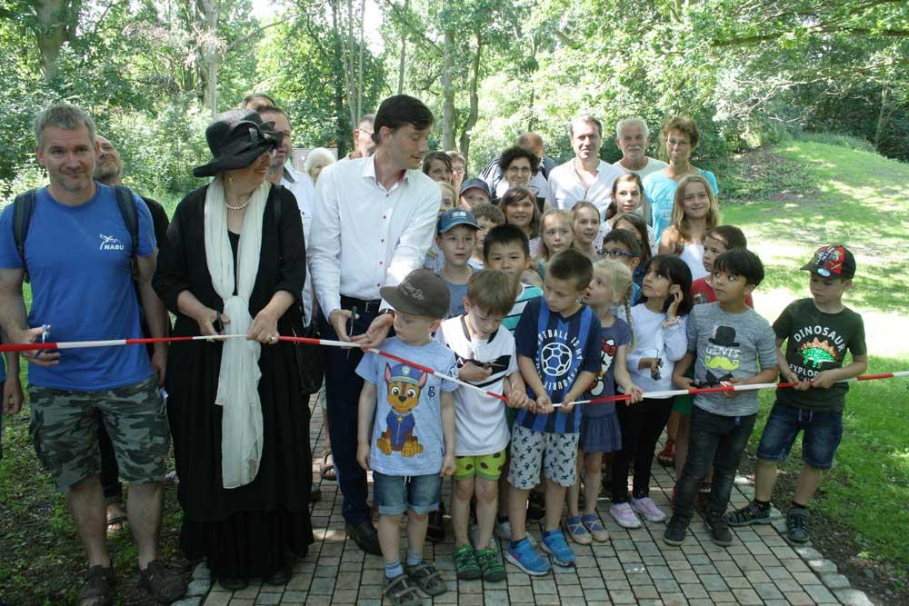 Die Kinder der benachbarten Kita durften mitmachen beim Banddurchschnitt für den Gutspark Paunsdorf. Foto: Ralf Julke