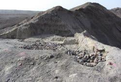 Die Ausgrabungsstätte Bokol Dora während der Grabungen im Jahr 2015. Während der Ausgrabung legten die Forscher Steine auf die freigelegten Schichten, um die Oberfläche der empfindlichen Fundschichten zu schützen. Foto: David Feary, License: CC-BY-SA 2.0