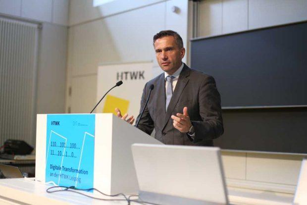 Martin Dulig, Sächsischer Staatsminister für Wirtschaft, Arbeit und Verkehr, bei seiner Rede. Foto: Robert Weinhold/HTWK Leipzig