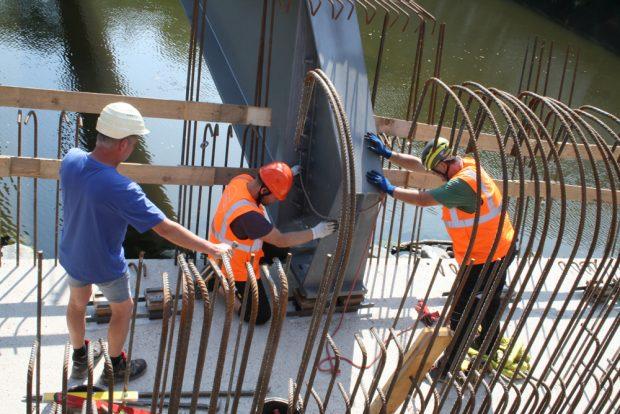 Millimeterarbeit beim Einpassen des Stahlträgers. Foto: Ralf Julke