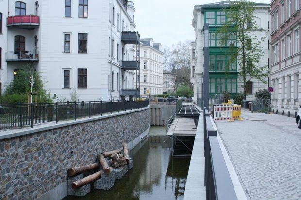 Der Fußgängersteg über dem neuen Stück Elstermühlgraben im April noch im Bau. Foto: Ralf Julke