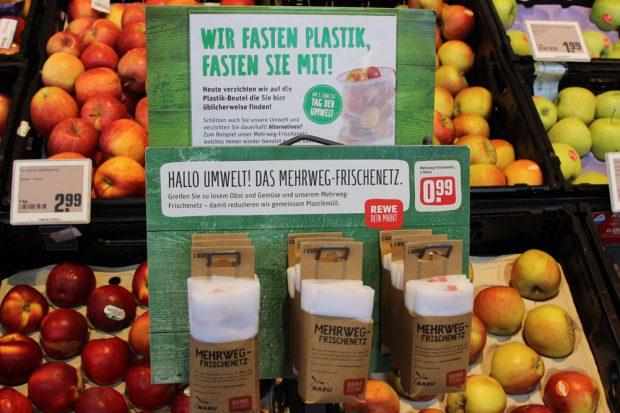 """Hinweisschild zum """"Plastikfasten"""" bei REWE. Foto: REWE"""