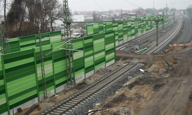 Das Gewerbegebiet östlich der Strecke wurde mit hohen Schallschutzwänden geschützt. Foto: Ralf Julke