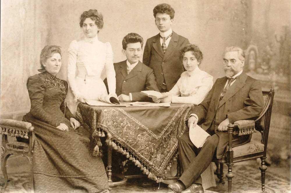 Familie Moritz Chamizer mit den Eltern Agnes und Moritz und den Geschwistern Betti, Lucie, Ephraim und Raphael, 1899. Foto: privat