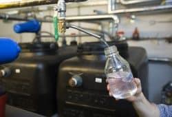 Die Prüfung der Qualität des Trinkwassers am UKL kann nun von Mitarbeitern des Hygieneinstituts selbst vorgenommen werden. Das Labor erhielt dazu kürzlich die nötige Akkreditierung. Foto: Stefan Straube / UKL